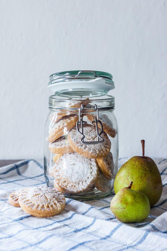 Preparate questi biscotti con le pere: la frolla è classica e friabile, burrosa e profumata, il ripieno è fruttato e delicato. La spolverata di zucchero a velo ricorda la prima neve delle mattine d'inverno.