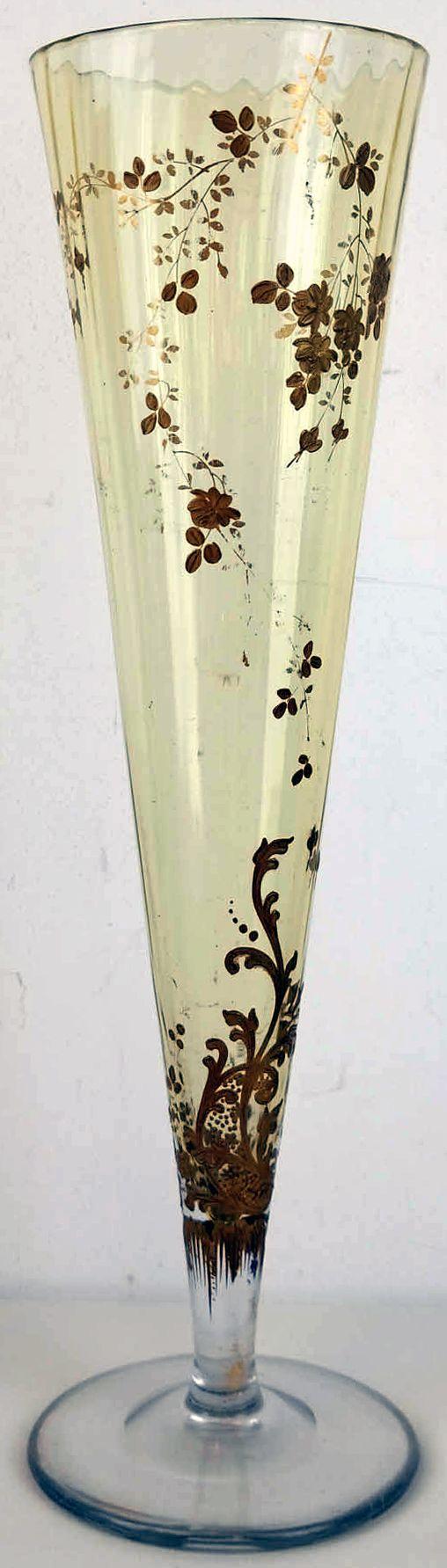 """Grote vaas op voet van Mont Joye  Onder de merknaam Mont Joye maakte de firma Saint-Hilaire Touvier de Varraux en Co, Pantin, Frankrijk, meestal email versierd glas. Dit bedrijf maakte ook het DeVez glas. Aan de onderzijde gemerkt met een """"apenstaartje""""/6. Gezien het motief uit het eind van de 19e eeuw.  Hoogte ca 42,5 cm."""