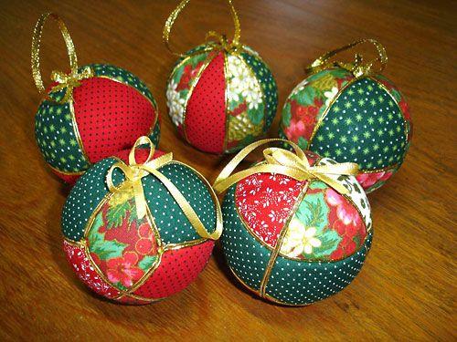 Bolas de natal num trabalho de patch com tecidos natalinos