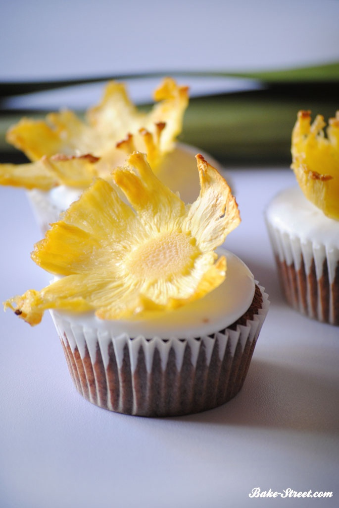 Tropical cupcake with pineapple flowers - Cupcake tropical con flores de piña