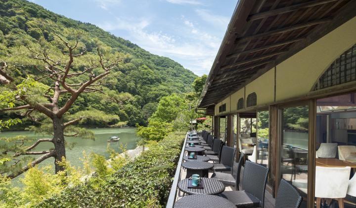 京都・嵐山のリバーサイドカフェで絶品スイーツと美景を味わう | ことりっぷ