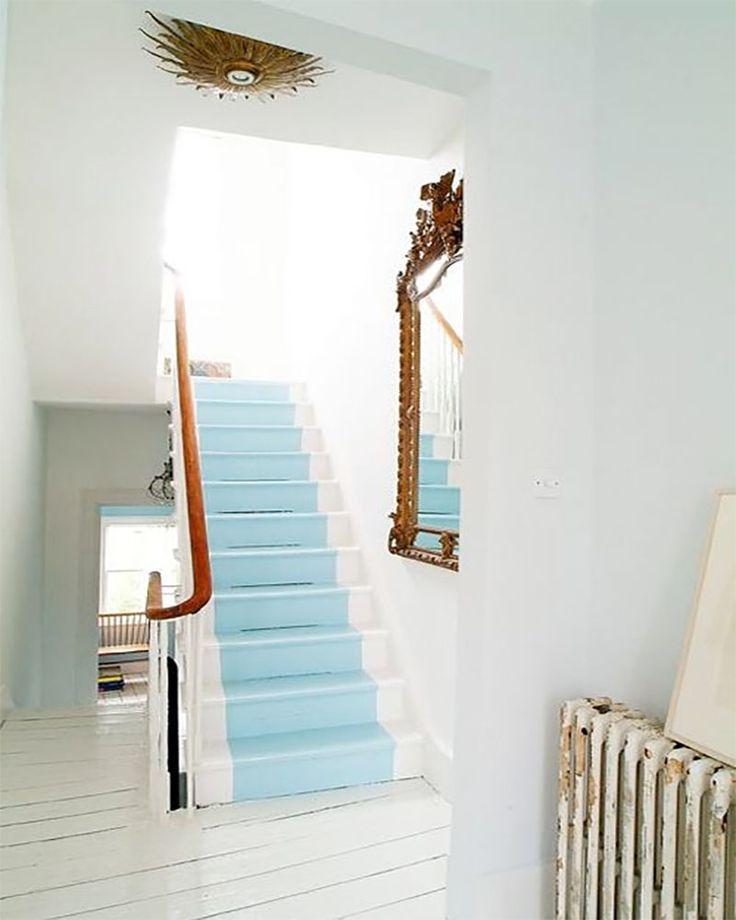 Escalier blanc avec chemin central peint en bleu clair