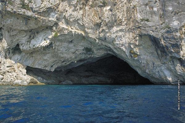 Σπηλια Παπανικολή στο Μεγανήσι