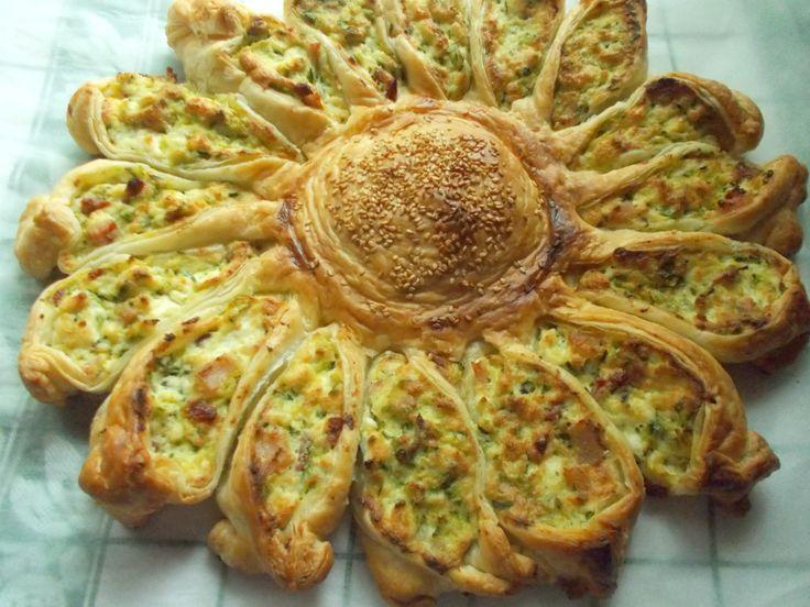Girasole di sfoglia alle zucchine - ricetta antipasto scenografico - Torta salata per buffet - ricetta girasole di zucchine - Blog Profumo di glicine.