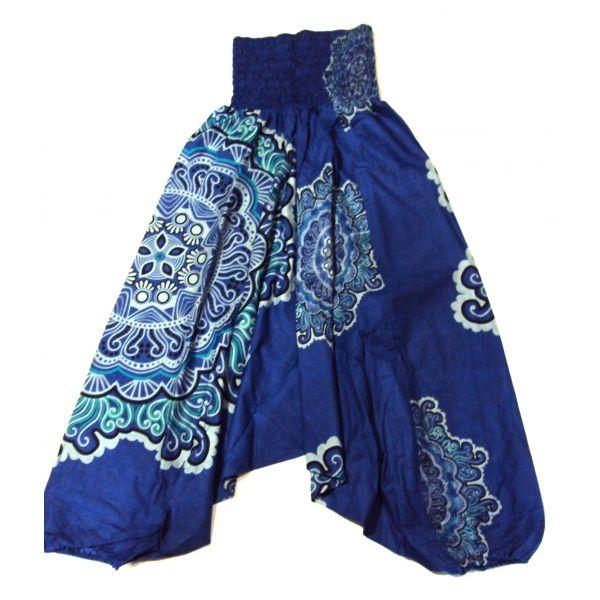 Pantalón afgano tres en uno. Hecho en la India, de color azúl intenso con dibujos de mandalas y cintura elasticada. Puede usarse como pantalón hippie afgano, como mono pirata o como vestido dándole la vuelta y utilizando las patas como mangas y la cintura como minifalda de manera que queda como un vestido muy sexy. Talla única.