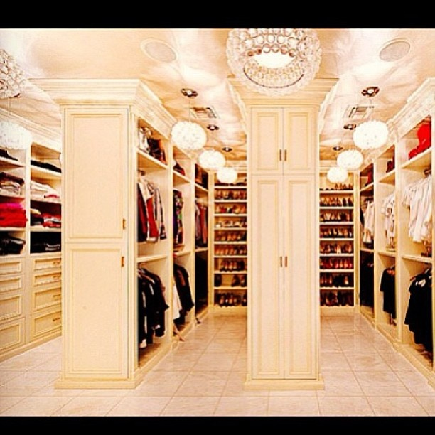 Dream walk in closet! *-* this looks like little store!!!!!!