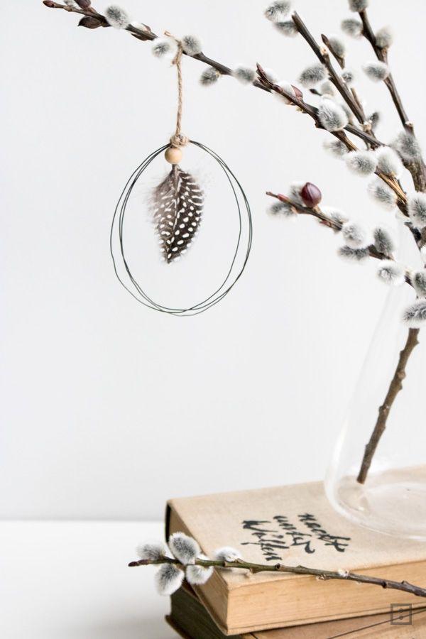 Stilsichere Osterei Anhänger fernab von Bunt und Pastell sind leicht selber zu machen. Draht, Feder und eine Schnur - eine natürliche Osterdekoration.