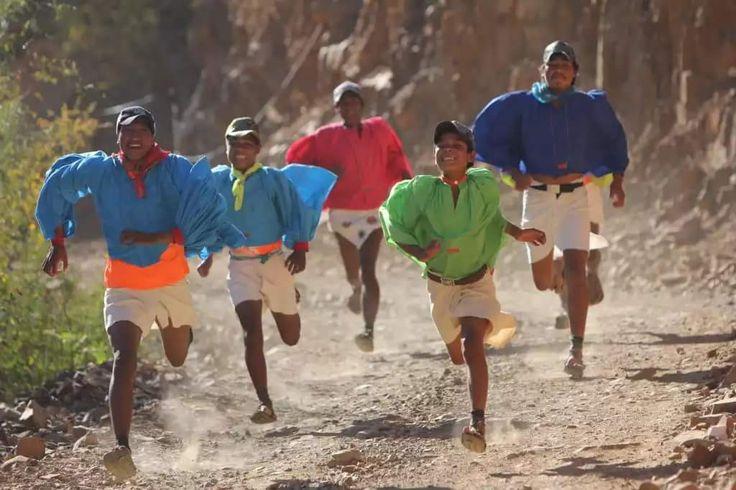 """El pueblo de los pies veloces de la sierra de Chihuahua -  Los tarahumaras o rarámuris son un pueblo simplemente increíble: han conservado sus viejas tradiciones y estilo de vida en el estado de Chihuahua.    En la sierra que lleva su nombre habitan los tarahumaras, o rarámuris """"los hombres de los pies alados"""", como ellos se llaman a sí mismos. Esta prodigiosa sierra produce en el visitante una impresión que difícilmente puede olvidar: enormes montañas, riscos escarpados, desfiladeros o…"""