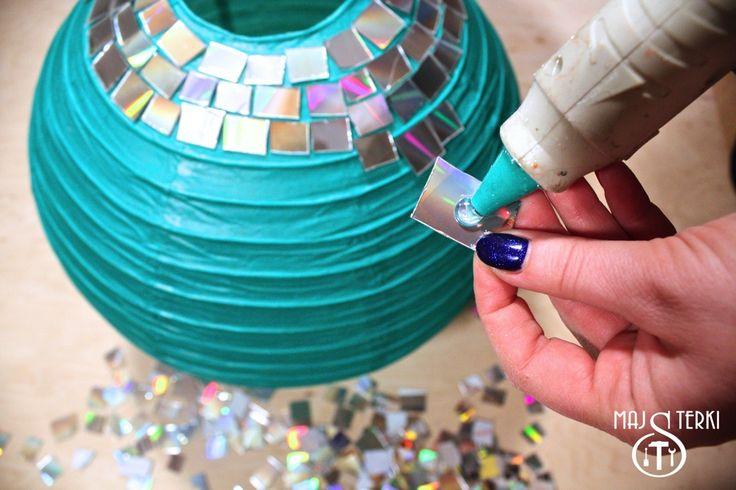 Majsterki pokazują, jak zrobić kulę dyskotekową z płyt CD i papierowej lampy z Ikei. DIY, czyli rób to sam. Karnawałowa kula na imprezę.