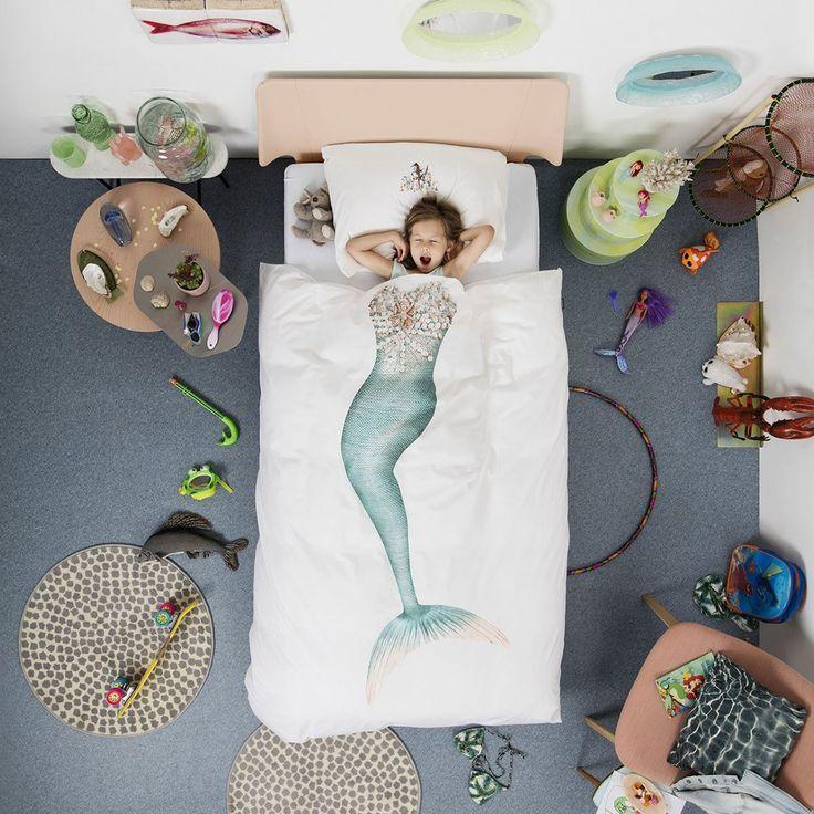 Housse de couette Sirène 1 place - Snurk - Assurez à votre enfant de beaux rêves ! Avec cette housse de couette Snurk ornée d'une sirène à taille humaine, offrez-lui la possibilité de se glisser dans une parure de princesse des mers ! Ce linge de lit élaboré en coton, composé d'une housse de couette et d'une taie d'oreiller, mise sur le confort et l'esthétique pour créer un véritable trompe-l'oeil ludique. Un cadeau idéal pour les grands rêveurs...