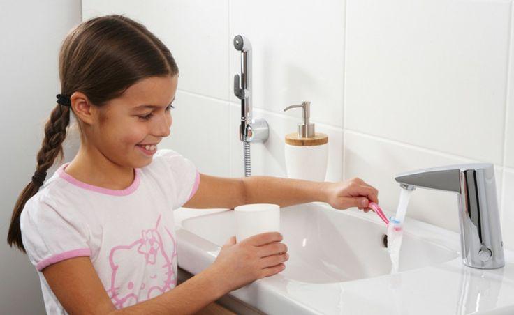 Cubista - bezdotykowa bateria umywalkowa z rączką bidetta; oszczędna (przepływ ograniczony do 6 l/min) oraz bezpieczna dla dzieci (chroni przed poparzeniem gorącą wodą). Cena: ok. 1.750 zł, Oras.