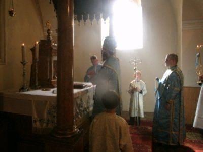 """Idén is """"térerő mentes"""" volt az Istenszülő oltalma búcsú Irotán, hiszen mobiltelefonok csörgése sem zavarhatta meg a püspöki liturgia szépségét, melyet Atanáz atya végzett, s mobil térerő hiányában csak a kegyelem erejére támaszkodhattunk."""