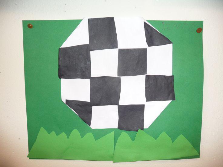 Map juf Ineke, thema sport: een voetbal, vouwen, knippen en plakken, tevens meten....