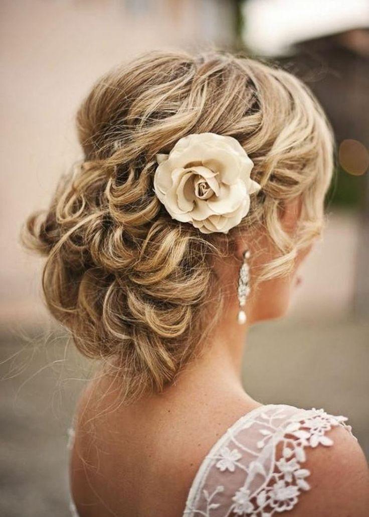 coiffure mariage 2015: chignon bouclé flou et rose
