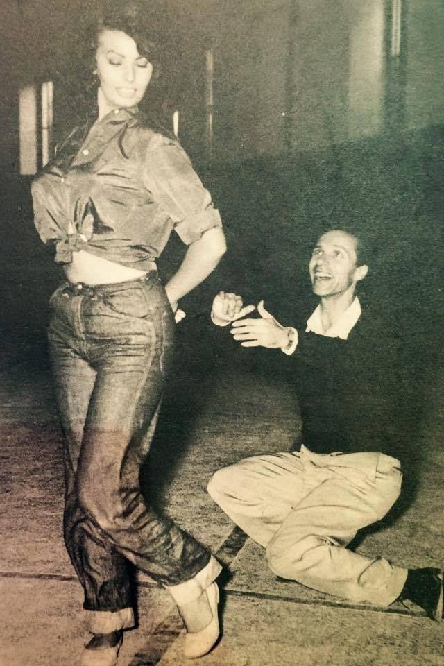 """Η Sophia Loren στην Αθήνα, υπό τις οδηγίες του χορογράφου Γιάννη Φλερύ, μαθαίνει τα βήματα του καλαματιανού για τις ανάγκες της ταινίας 'Το παιδί και το δελφίνι"""" ~ Σεπτέμβριος 1956"""