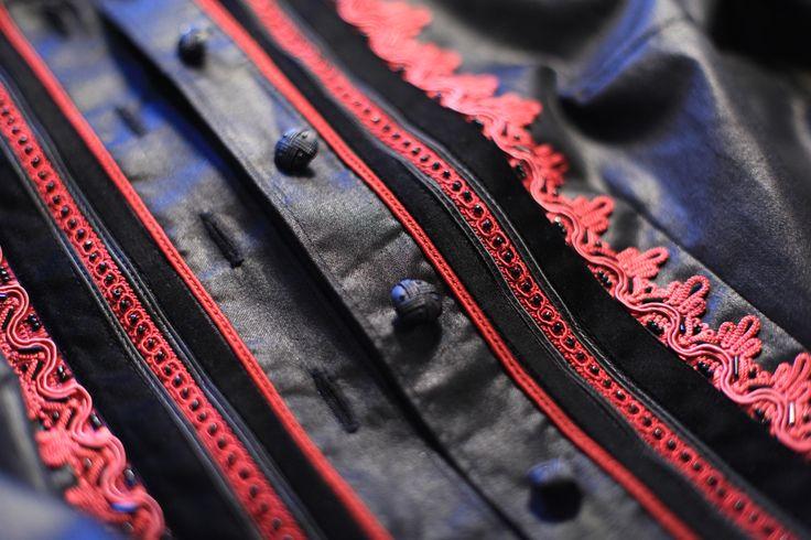 Az alkalmi kabátokat mindig egyedi megrendelésre készítem a megrendelő igényeihez alkalmazkodva többféle díszítéssel. Csipke, bársony, gyöngy és sújtás. Hagyományos díszítés és hagyományos formák.