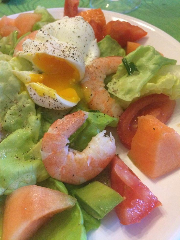 Qu'il est bon de manger cette salade croquante et savoureuse. De bons légumes de saison, dont la salade est du jardin. prête en moins de 5 minutes Ingrédients pour une personne : 1 salade verte 1/2 avocat 1/4 de melon 1 tomate 4 grosses crevettes 1 cs...