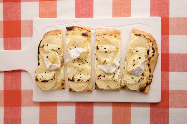さっぱりヨーグルトソースが好相性の、ポテトとカマンベールのピザ。/もっちり手打ちパスタ&手作り生地のあつあつピザ(「はんど&はあと」2013年3月号)