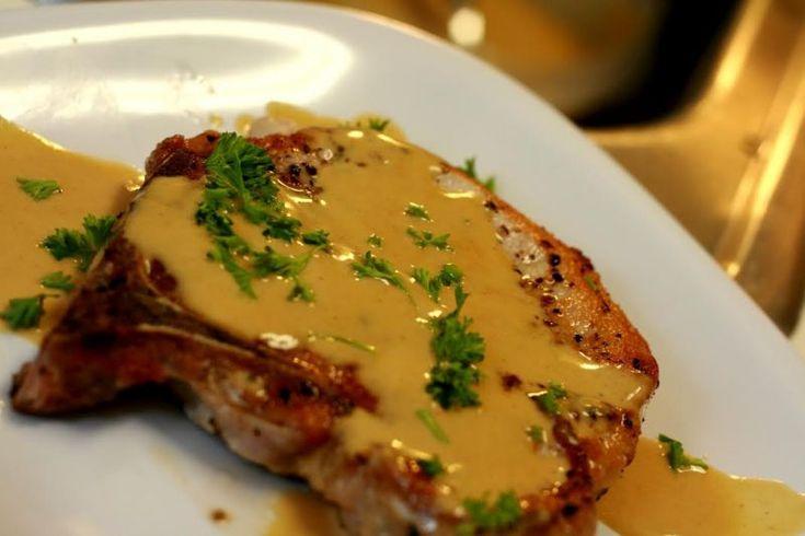 Χοιρινές μπριζόλες με σάλτσα μουστάρδας