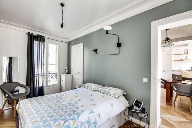Une chambre résolument déco dans cet appartement à Paris. Plus de photos sur Côté Maison : http://bit.ly/1Q5AcLA
