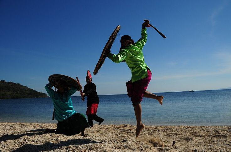Karaci, Seni Pertarungan ala Sumbawa Karaci merupakan hiburan bagi para raja di Sumbawa. Keahlian saling pukul dan menahan pukulan lawan menjadi tontonan yang sangat menghibur.