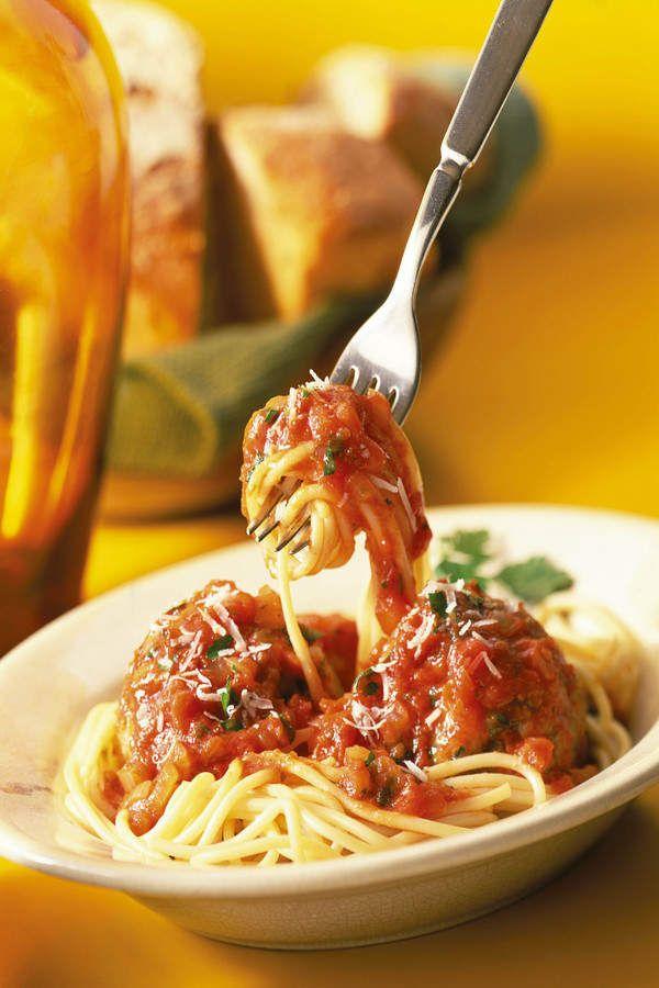 Vitamix Tomato Sauce for pastaIngredients  1 onion, halved 1 garlic clove 1 carrot, quartered 1 red capsicum, deseeded 3 tbsp olive oil 350g/12oz Roma tomatoes 1 tbsp tomato puree 1 tbsp balsamic vinegar 2-3 tbsp apple juice