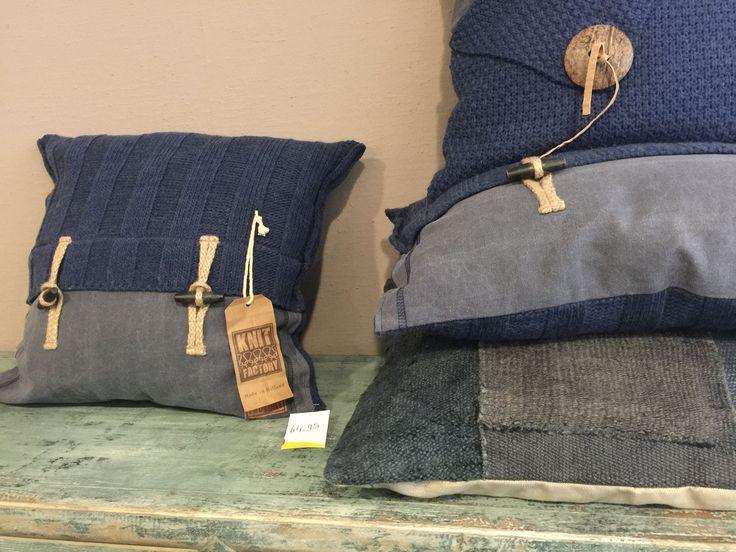 Prachtige blauwe kussens van de #Knit #Factory