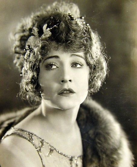 Betty Compson (1897-1974), she was one of the great actors of the 20s, who has since fallen into anonymity. She is, to me, the face of that era