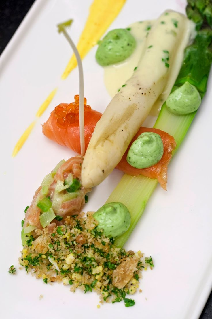 Mechelse asperges, gerookte zalm, Hollandse saus