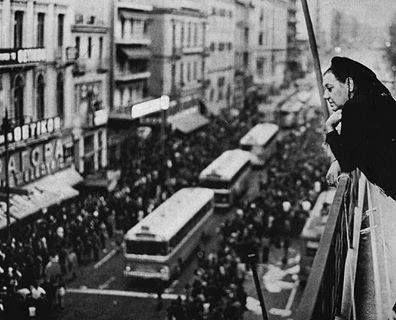 Νοέμβριος 1973: Η Σοφία Βέμπο από το μπαλκόνι του σπιτιού της Πατησίων & Στουρνάρη, παρακολουθεί τα γεγονότα στο Πολυτεχνείο. Το σπίτι της έγινε καταφύγιο φοιτητών και πρόχειρος σταθμός Πρώτων Βοηθειών...