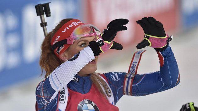 Gabriela Koukalová v cíli po triumfu v závodě s hormadným startem.