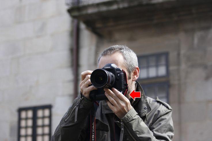 Sujeta con tus dedos firmemente la cámara y su objetivo.