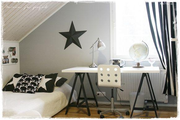 lastenhuone,mustavalkoinen,design,tähti,seinäkoriste,työpöytä,sänky,makuuhuone,verhot,koululaisen huone,koululaisen huoneen sisustus,nuoren huone