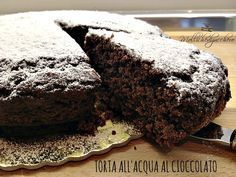 la torta all'acqua al cioccolato è una torta rigorosamente light, senza uova burro nè latte, soffice come una nuvola e si prepara in meno di 5 minuti