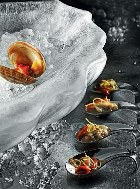 Intercatering - Κοχύλι από πάγο µε θαλασσινά & µπουκιές από γυαλιστερές µε κονφί λεµονιού