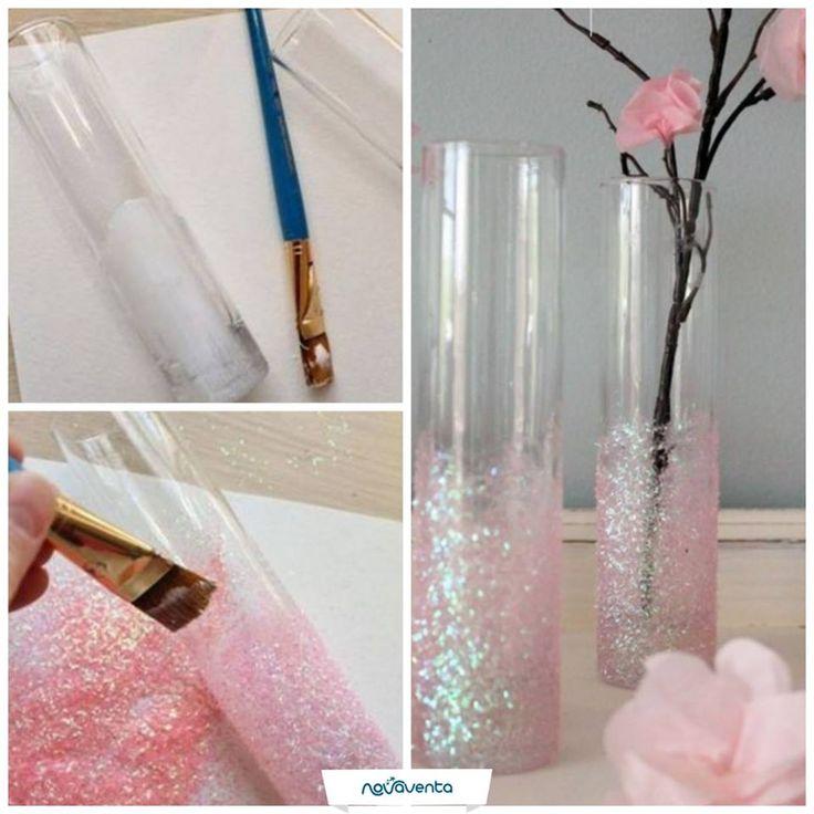 ¡Dale un toque muy original a los floreros de tu hogar! Necesitas un cilindro de vidrio, escarcha (color que desees), pincel y pegamento. Agrega pegamento a la parte inferior del cilindro (imagen 1). Añade la escarcha y séllala adicionando nuevamente pegamento (imagen 2). ¡Tu solitario está listo! Solo falta que le pongas tu flor favorita.
