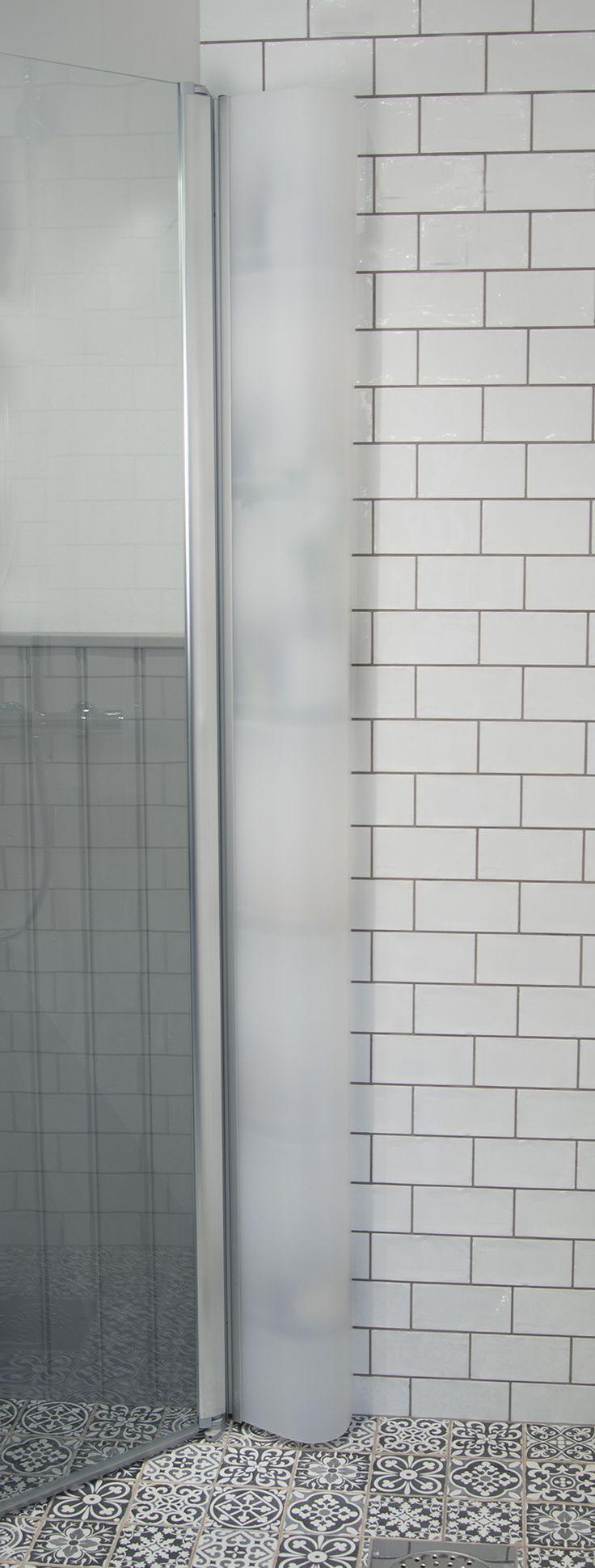 Skagen Rack® har en vacker dörr i frostad opal akrylplast döljer effektivt dina duschprodukter. Duschutrymmet förblir snyggt och städat med dold förvaring!