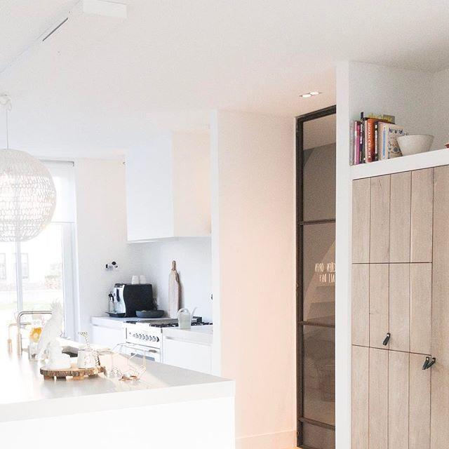 Goedemorgen, even een paar uurtjes werken en dan op pad met de kids! #haveaniceday #fijnedag #kitchen #white #wood #grey #interior #interiør #interior4all #interiors #inspiratie