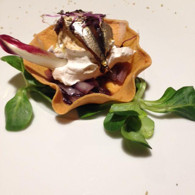 Piccola composta di #Radicchio di #Treviso su croccante di mais e gelato caldo di acciuga... una delizia anche per gli occhi! http://www.cadelach.it/i-ristoranti.php #cadelach #ristoranti #revinelago #treviso