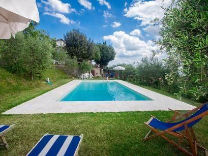 """Appartamento 2  """"Villa Patrizia"""" bevindt zich in het zuiden van Toscane nabij de grens met Umbrië op slechts enkele kilometers van Cortona. De villa is gelegen ten noorden van het Lago Trasimeno met panoramisch uitzicht op de vallei en het meer en is omgeven door olijfbomen en een grote tuin met zwembad. We hebben 2 volledig onafhankelijke recentelijk gerenoveerde appartementen in de verhuur. Beide hebben een privétuin met veranda gemeubileerd met tafel en stoelen. De appartementen zijn op…"""
