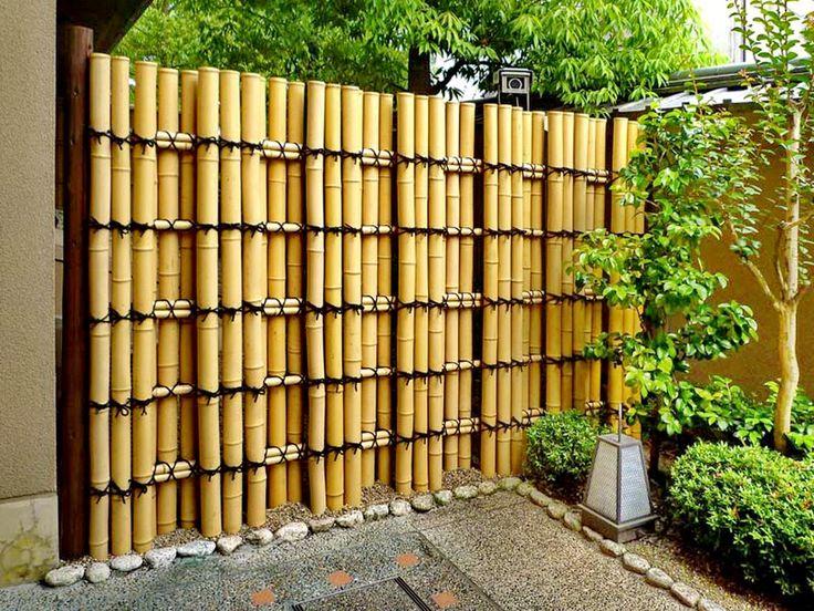 Que tal usar bambu no jardim???   É renovável, sustentável e lindo!!!   Inspire...