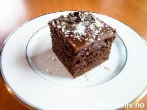 """""""Café sjokoladekake i langpanne"""" er en UTROLIG DEILIG sjokoladekake! Kaken er kjempeenkel å lage, men har likevel en vidunderlig myk konsistens og luksuriøs smak av sjokolade og kaffe. Masse sjokoladespon til pynt gir kaken et stilig utseende! Oppskriften er til liten langpanne."""