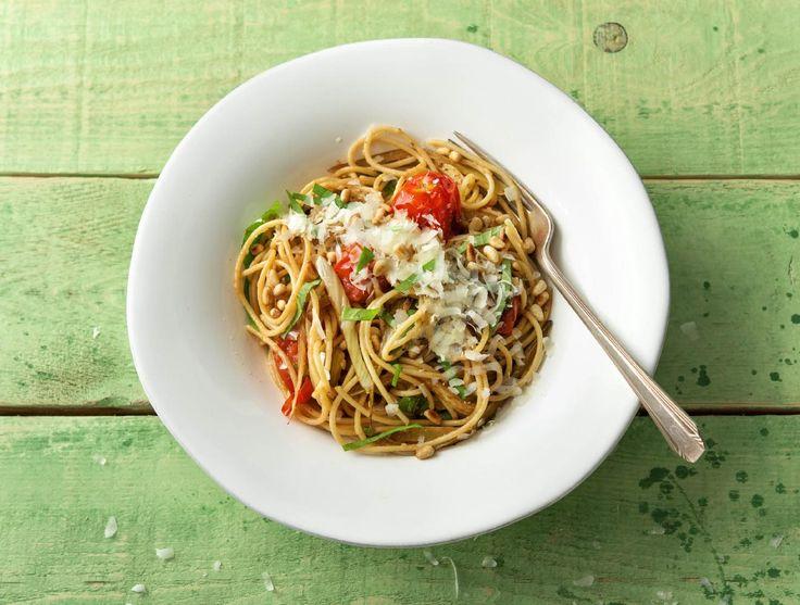 Spaghetti aglio olio met venkel, grana padano en basilicum