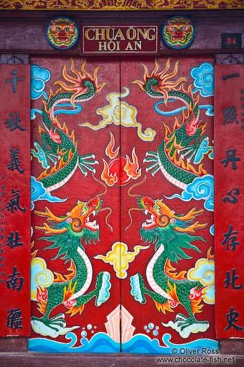 Hoi An. Chinese assembly hall. In de tempel zijn veel Chinese kenmerken te vinden, zoals de muurschilderingen, bronzen trommels, klokken en het horizontaal gelakte bord met Chinese karakters erin gegraveerd. De combinaties en opstelling van elk element in de hal impliceren de Chinese filosofie van geluk. #3TBBC #NHTV