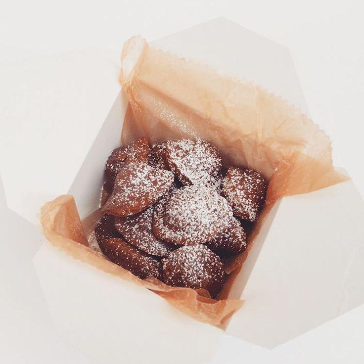 日を追う毎に、街はバレンタインムードが高まっていますね♪ 先日のそごう横浜店限定商品「チョコレートミニマドレーヌ」…あまりにも反響が大きいため、今週末(2/13、2/14)自由が丘本店でもお出しします!いつもと違った焼きたての香りをお楽しみくださいね♡  明日は通常通り「バニラミニマドレーヌ」13:30/16:00の2回にわたってご用意します!  #マドレーヌラパン #madeleinelapin #自由が丘 #自由が丘カフェ #自由ガ丘スイーツ #マドレーヌ #焼き菓子 #焼きたて #保存料不使用 #tokyosweets #jiyugaoka #madeleine #sweets #instasweets #freshlybaked