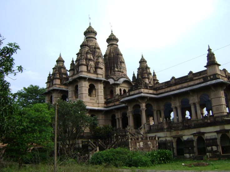 Balanand Brahmachari used to meditate at Tapoban, 8 km from the city. Tapoban is an equally fascinating place famous for its hill top temples and caves.