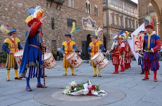"""Il 23 maggio del 1498 Girolamo Savonarola veniva impiccato e dato alle fiamme in piazza della Signoria.  Ogni anno, in questa data, una solenne cerimonia – detta """"Fiorita"""" – ricorda il frate che, dal 1494 al 1498, fu non solo l'autorità spirituale, ma anche il politico più importante di Firenze.  La """"Fiorita"""" prende origine dalla pietosa iniziativa popolare che vide, la mattina dopo la morte del predicatore, il luogo del supplizio coperto di fiori."""