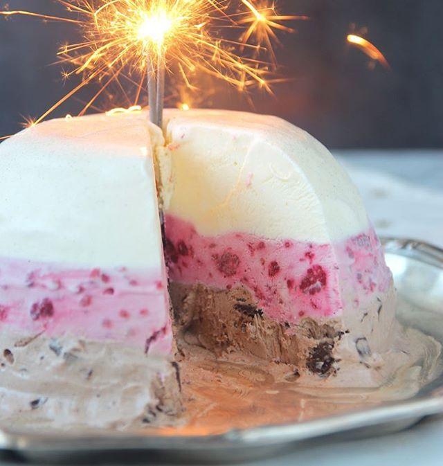 ◀Receptlänk! Nyårsdessert🌟🌟🌟! Hemgjord Glassbomb med tre smaker: vanilj, hallon & choklad. Galet god, lättgjord och passar både barn & vuxna! ÄLSKAR😍😍😍😍😍! #taggaenvän❤