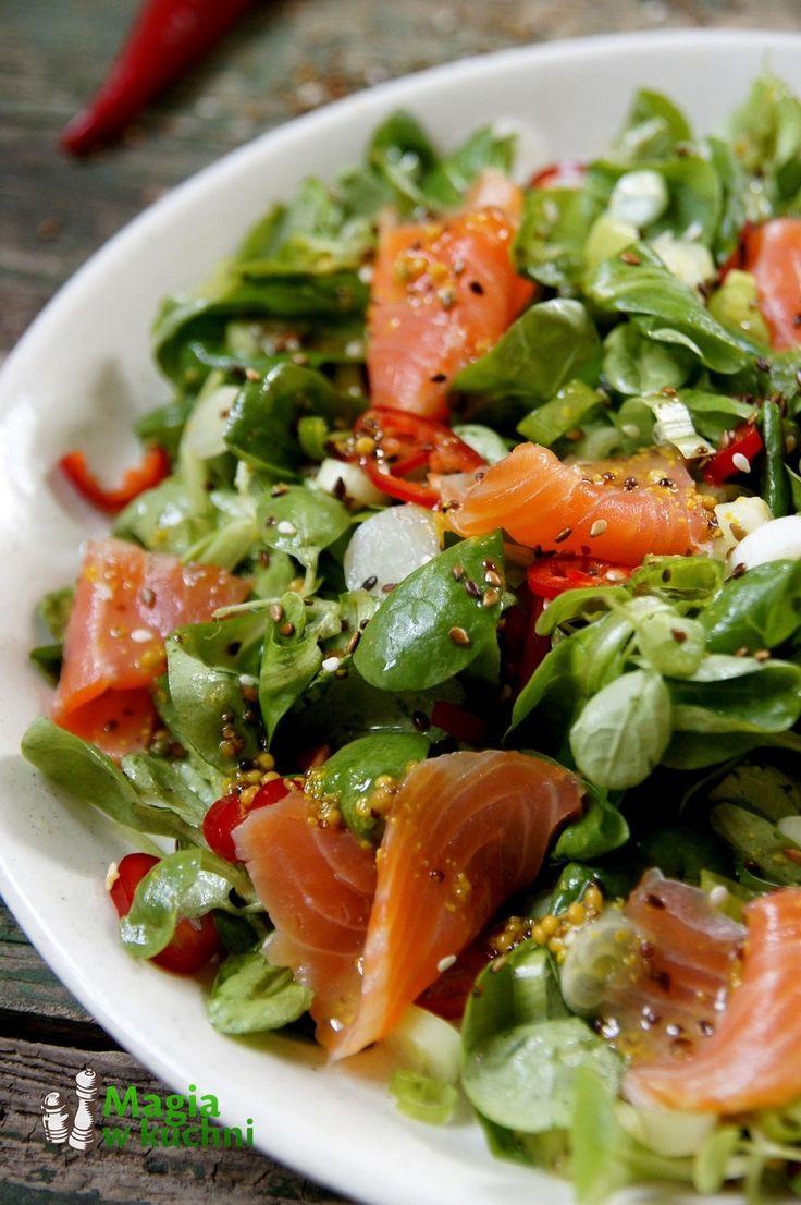 Sałatka z wędzonym łososiem  http://www.magiawkuchni.com/salatka-z-lososiem/