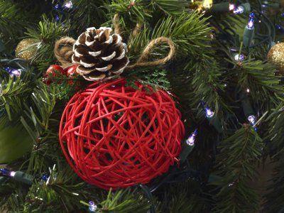 Decora tu árbol de navidad con estas originales esferas de mecate, las puedes hacer con ayuda de tus hijos y pasar un rato agradable y lo mejor es que los materiales son muy fáciles de conseguir.